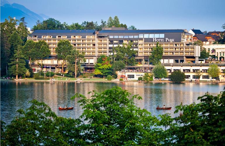 Hotel Park z jezerske obale. Vir: Sava Hoteli Bled.